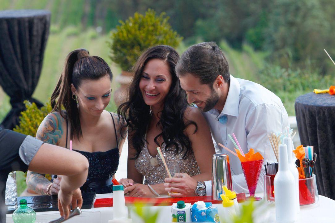 Auch Peter (r.) nutzt die Chance, während der Poolparty einige Frauen näher kennen zu lernen ... - Bildquelle: Richard Hübner ProSieben