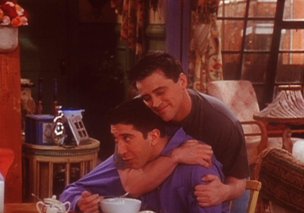 Joey (Matt LeBlanc, r.) kann vor Verliebtheit kaum mehr an sich halten und würgt Ross (David Schwimmer, l.) vor Freude. - Bildquelle: TM+  2000 WARNER BROS.