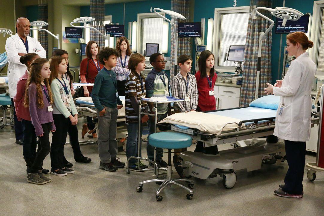 April (Sarah Drew, r.) ist mit einer Schulklasse in der Notaufnahme bei einer Besichtigung unterwegs, als zwei schwer verletzte Polizisten eingelief... - Bildquelle: ABC Studios