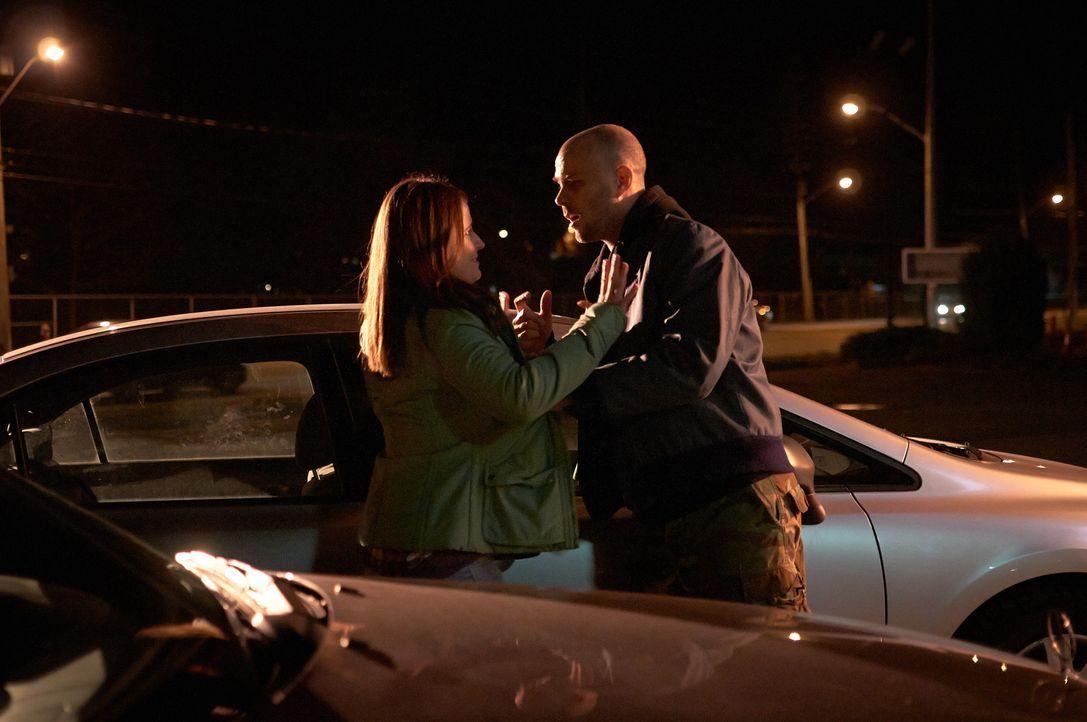 Noch glaubt Verna (l.), dass sie mit Gerald (r.) und seinem Stalking selber fertig wird ... - Bildquelle: Steven Lungley Cineflix 2014