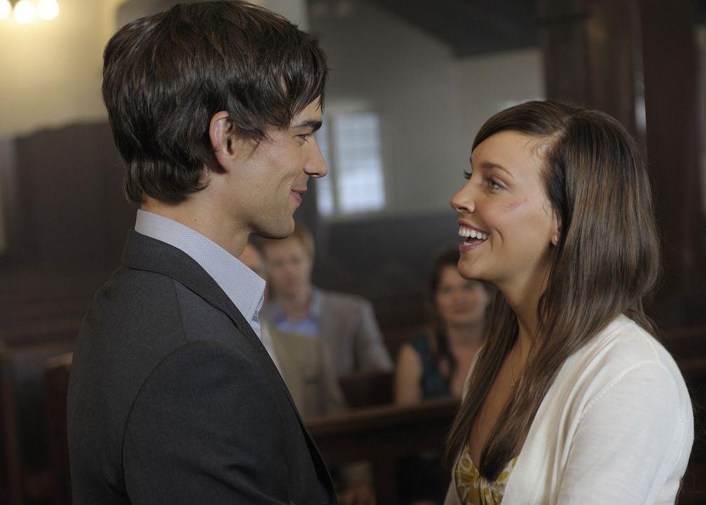 Trish (Katie Cassidy, r.) und Henry (Christopher Gorham, l.) sind überglücklich - die Hochzeitsprobe kann beginnen. - Bildquelle: 2009 CBS Studios Inc. All Rights Reserved.