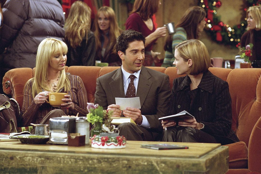 Mona (Bonnie Somerville, r.) möchte Weihnachtskarten verschicken, auf denen sie mit Ross (David Schwimmer, M.) abgebildet ist. Phoebe (Lisa Kudrow,... - Bildquelle: TM+  WARNER BROS.
