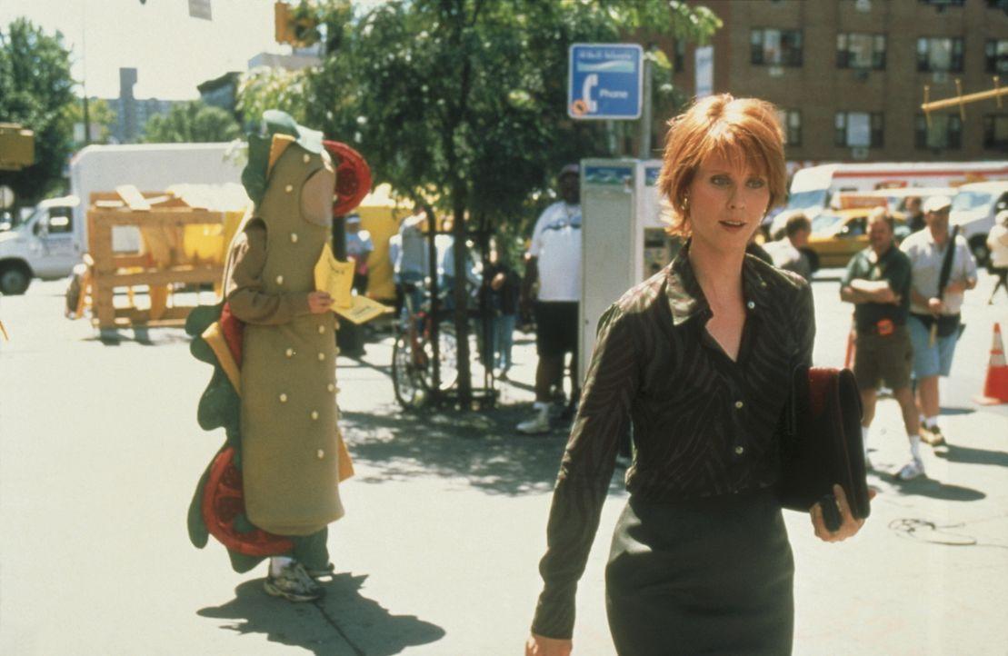 Miranda (Cynthia Nixon, r.) leidet unter der fixen Idee, dass ein als belegtes Baguette verkleidetes Werbemännchen ihr unzüchtige Anträge macht. - Bildquelle: Paramount Pictures