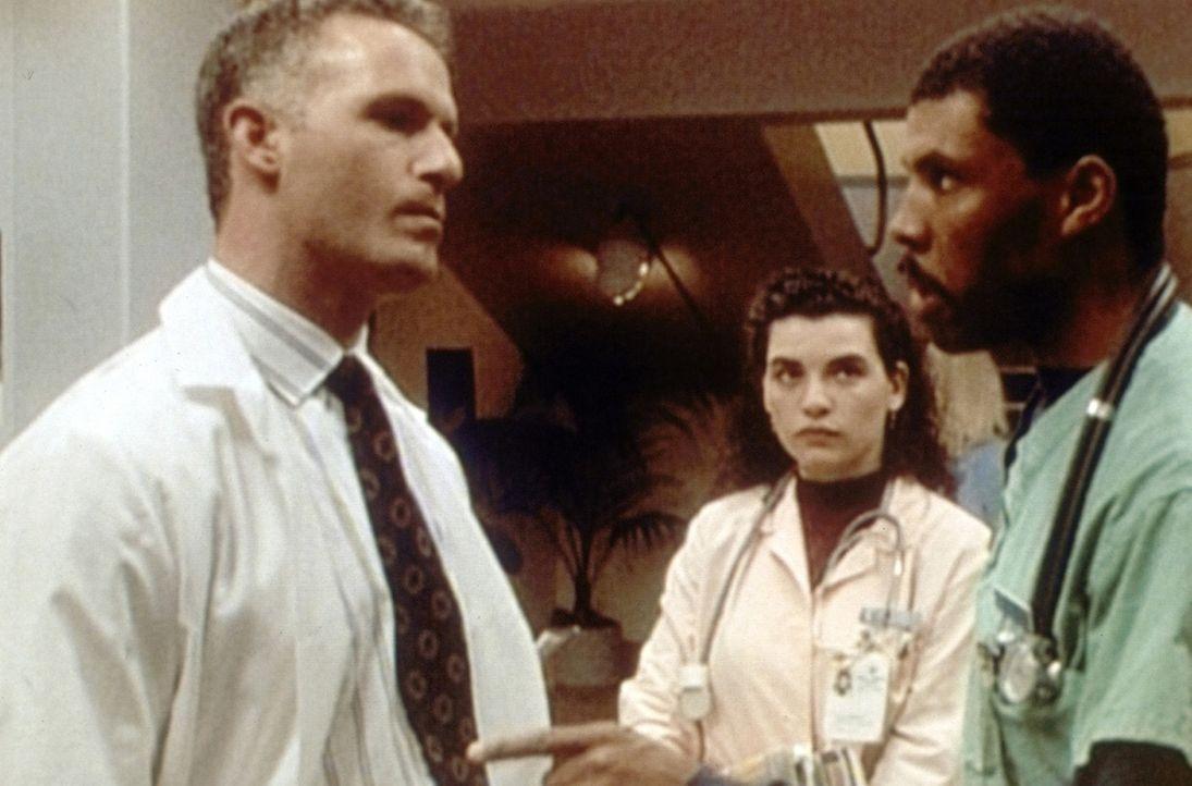 Carol Hathaway (Julianna Margulies, M.) hört zu, wie Peter Benton (Eric LaSalle, r.) Dr. Taglieri (Rick Rossovich, l.) Vorwürfe wegen der frühzei... - Bildquelle: TM+  WARNER BROS.