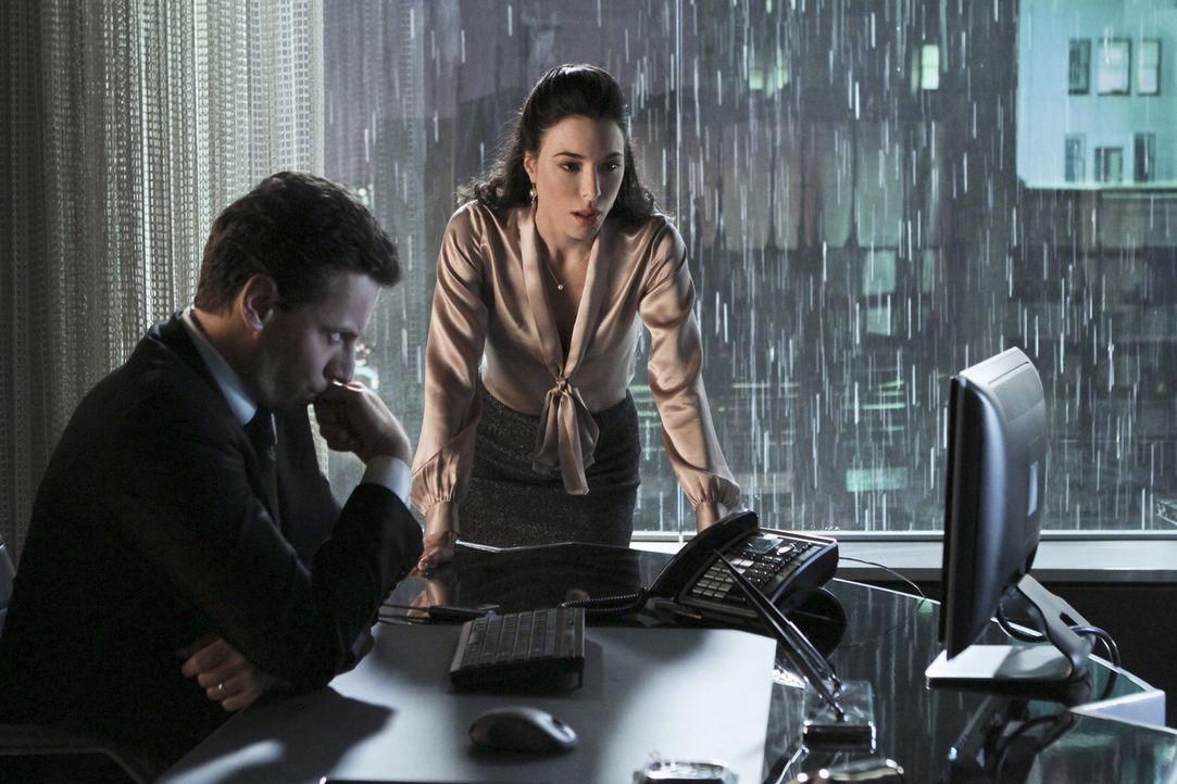 Haben Olivia (Jaime Murray, r.) und Andrew (Ioan Gruffudd, l.) Tyler tatsächlich ermorden lassen? - Bildquelle: 2011 THE CW NETWORK, LLC. ALL RIGHTS RESERVED