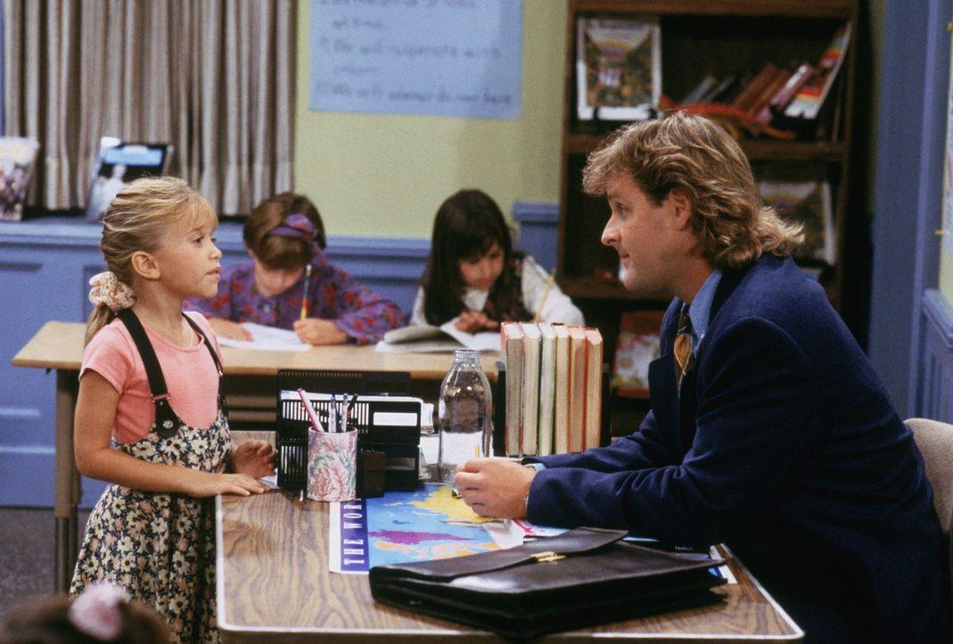 Ausgerechnet Spaßvogel Joey (Dave Coulier, r.) soll in Michelles (Mary-Kate/Ashley Oslen, l.) Klasse als Aushilfslehrer einspringen - keine gute Ide... - Bildquelle: Warner Brothers Inc.
