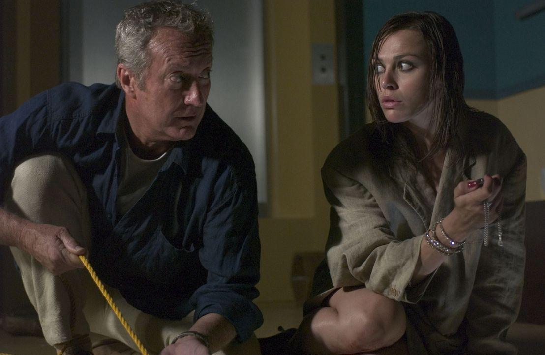 Für Jeffrey (Bryan Brown, l.) und Aimee (Tinarie Van Wyk-Loots, r.) beginnt ein gnadenloser Kampf ums Überleben ... - Bildquelle: Hallmark Entertainment