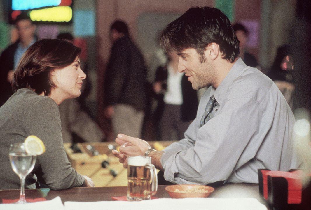 Abby (Maura Tierney, l.) und Kovac (Goran Visnjic, r.) kommen sich näher. - Bildquelle: TM+  2000 WARNER BROS.