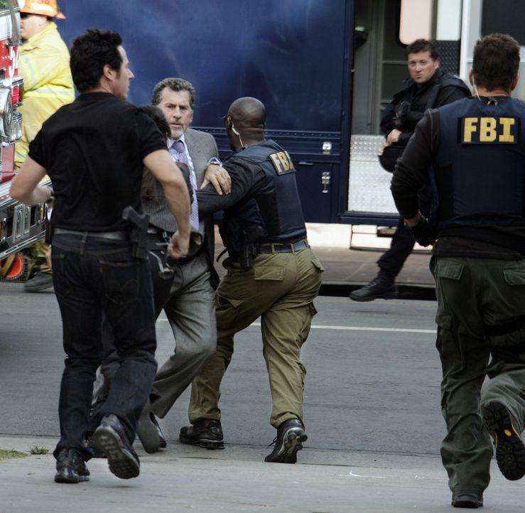 Don Eppes (Rob Morrow, l.), David Sinclair (Alimi Ballard, M.), und Colby Granger (Dylan Bruno, r.) versuchen einen Attentäter zu stellen - und stoß... - Bildquelle: Paramount Network Television