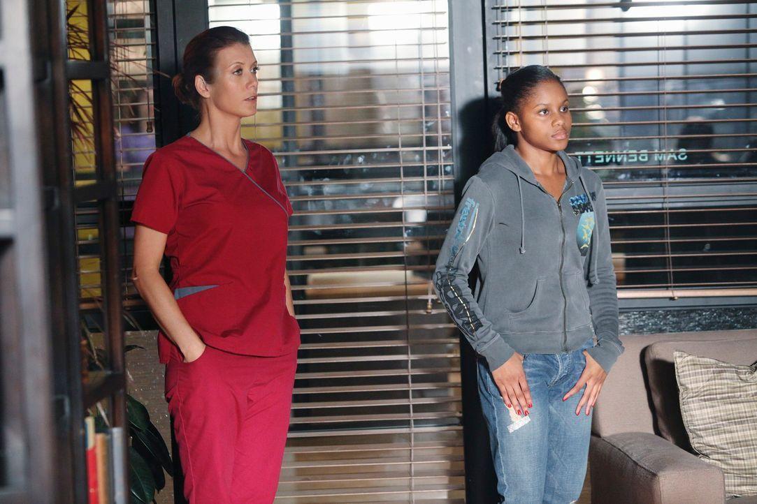 Addison (Kate Walsh, l.) bereitet Maya (Geffri Maya, r.) auf eine Abtreibung vor, während Pete sich über weitere Maßnahmen seines Patienten informie... - Bildquelle: ABC Studios
