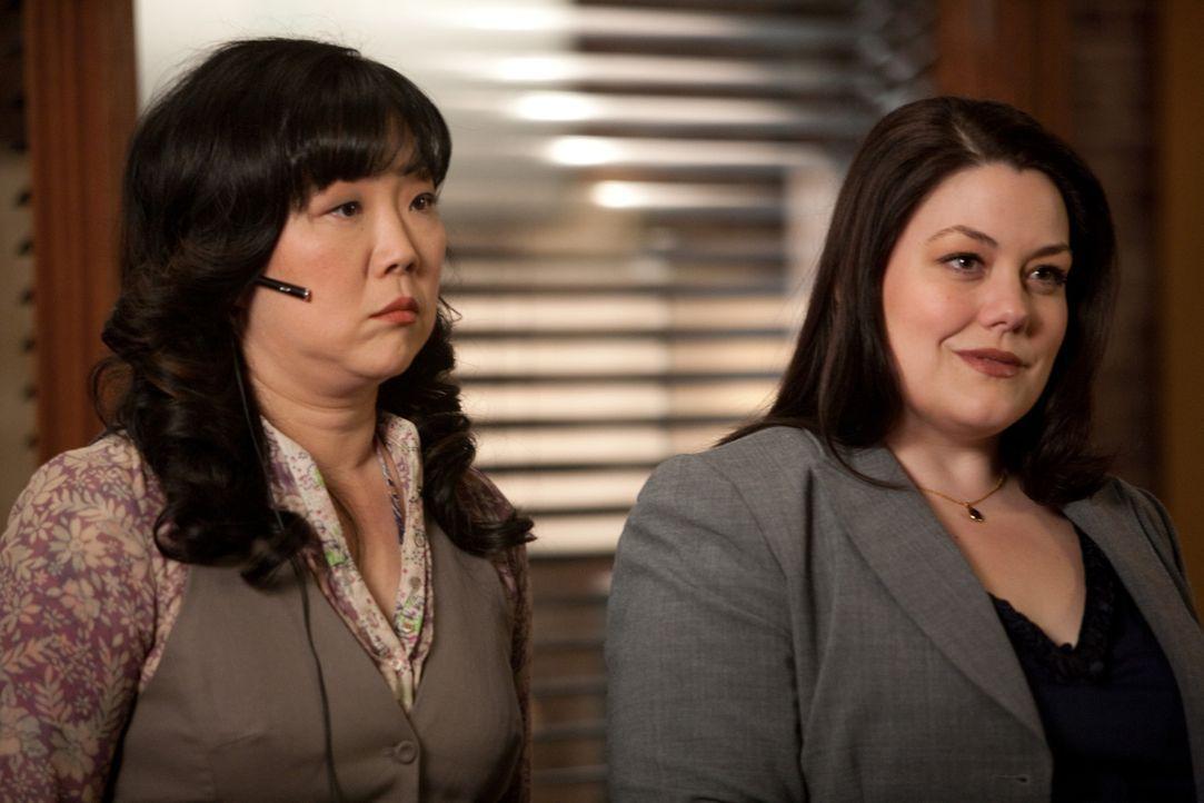 Während Jane (Brooke Elliott, r.), Marianne, eine Frau, die vor 20 Jahren unbeabsichtigt den Fluchtwagen nach einem Mord gefahren hatte und erst je... - Bildquelle: 2009 Sony Pictures Television Inc. All Rights Reserved.