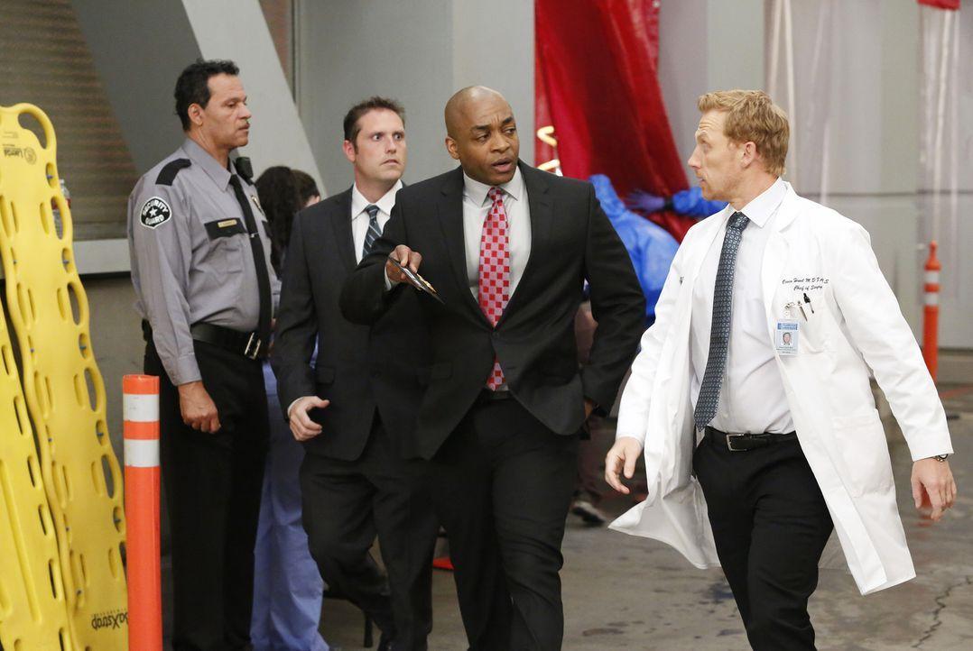 Eine Explosion in einer Shopping Mall fordert viele Opfer. Während Owen (Kevin McKidd, r.) und seine Kollegen sich um die Betroffenen kümmern, ermit... - Bildquelle: ABC Studios