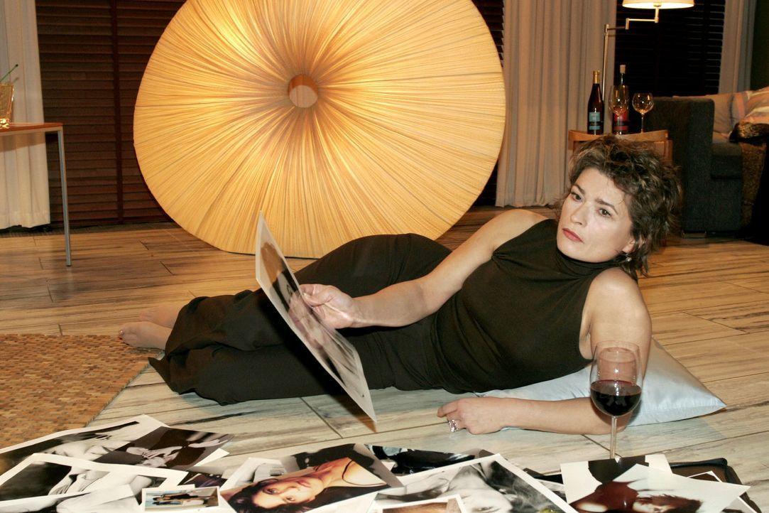 Sophie (Gabrielle Scharnitzky) schwelgt in Fotos aus vergangenen Zeiten ihrer Modelkarriere. - Bildquelle: Monika Schürle SAT.1 / Monika Schürle