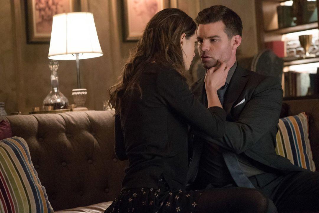 Wird sich Hayley (Phoebe Tonkin, l.) endlich dazu durchringen und Elijah (Daniel Gillies, r.) ihre Gefühle offenbaren? - Bildquelle: Warner Bros. Entertainment, Inc.