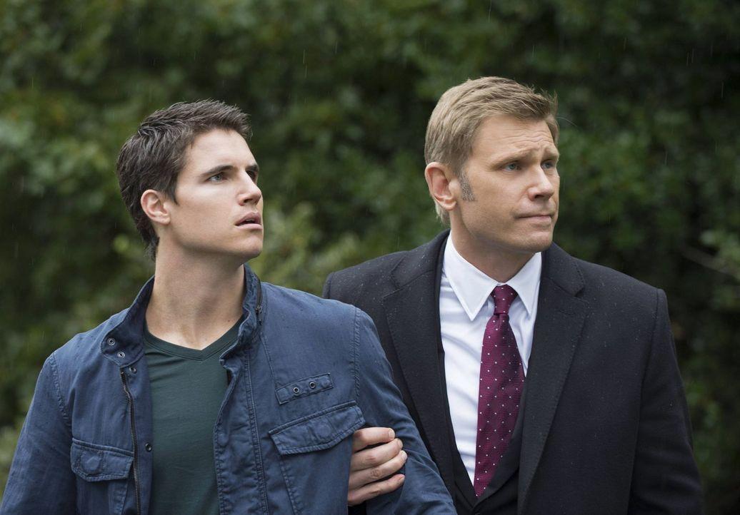 Wird Dr. Price (Mark Pellegrino, r.) seinen Neffen Stephen (Robbie Amell, l.) tatsächlich an seine Vorgesetzten ausliefern? - Bildquelle: Warner Bros. Entertainment, Inc