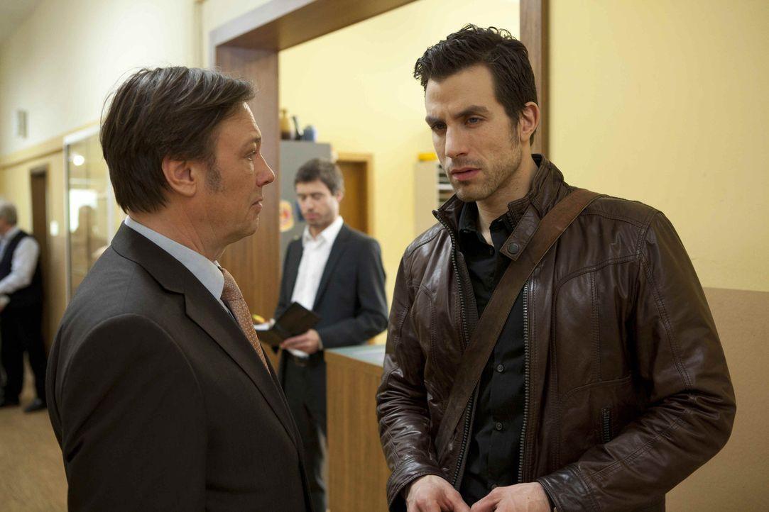 Wendtland (Rainer Will, l.) macht Michael (Andreas Jancke, r.) völlig überraschend das Angebot, Direktor der Pestalozzi-Gesamtschule zu werden. Er... - Bildquelle: SAT.1