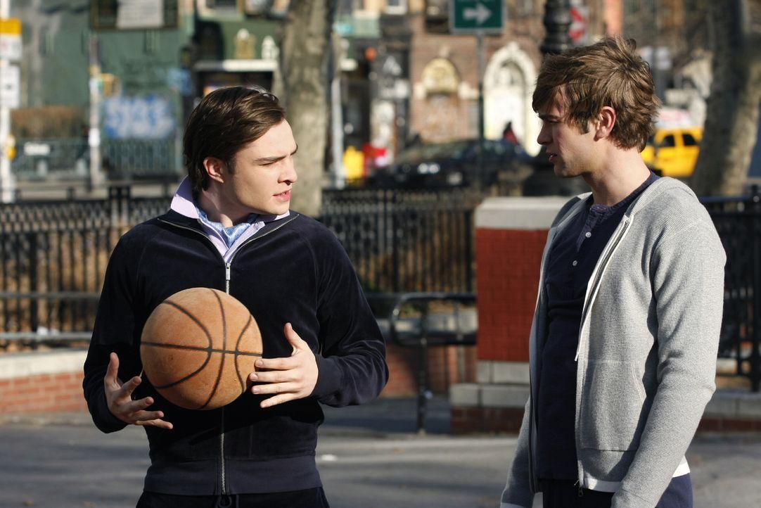 Nate (Chace Crawford, r.) hat eine Wohnung gemietet in der Hoffnung, Blair aus dem Dunstkreis von Chuck (Ed Westwick, l.) fernzuhalten. Doch wird ih... - Bildquelle: Warner Brothers