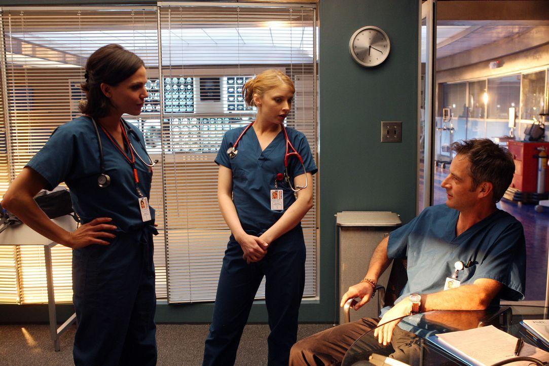 Testen die Integritätsfähigkeit des neuen Chefarztes Dr. Matt Proctor (Jeremy Northam, r.): Dr. Eva Zambrano (Lana Parilla, l.) und Dr. Serena War... - Bildquelle: Warner Brothers
