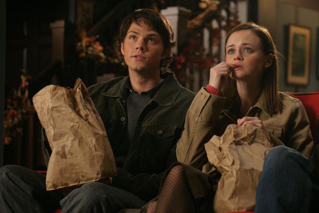 Obwohl Dean (Jared Padalecki, l.) viel lieber alleine Zeit mit Rory (Alexis Bledel, r.) verbringen würde, versucht er, um ihr einen Gefallen zu tun,... - Bildquelle: 2004 Warner Bros.