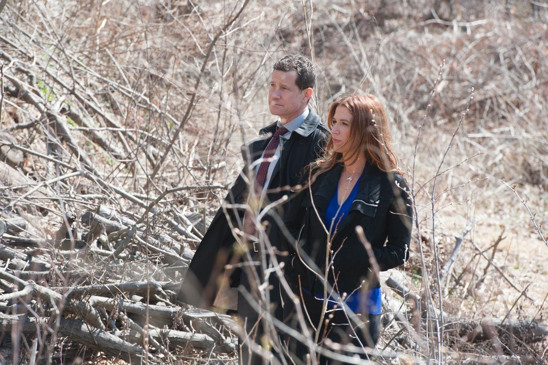 Bei ihren Ermittlungen im Fall des ermordeten Studienabbrechers finden Carrie (Poppy Montgomery, r.) und Al (Dylan Walsh, l.) heraus, dass er in ein... - Bildquelle: 2014 Broadcasting Inc. All Rights Reserved.