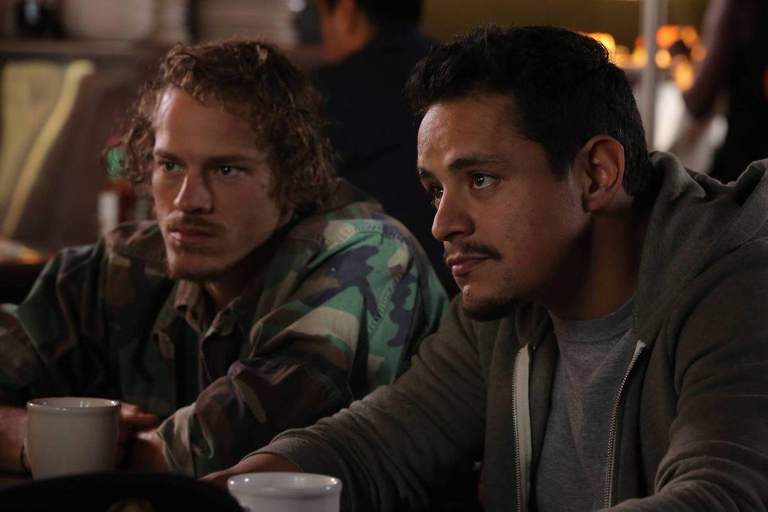 Sind Bone Bag (Ryan Dorsey, l.) und Martinez (Jesse Garcia, r.) wirklich Soldaten? - Bildquelle: TM &   2014 Fox and its related entities.  All rights reserved.