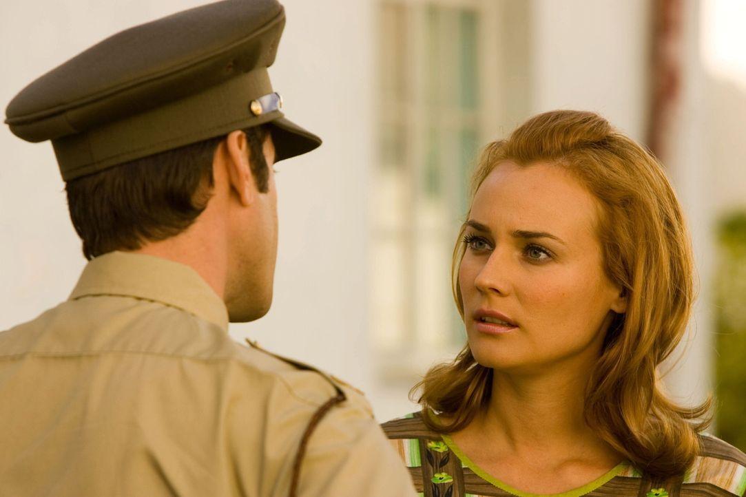 Ahnt Gloria (Diane Kruger, r.) welches Geheimnis ihr Mann (Joseph Fiennes, l.) hat? - Bildquelle: Warner Brothers International Television Distribution Inc.