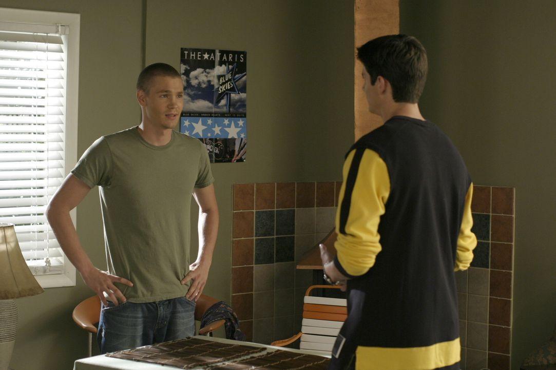Lucas (Chad Michael Murray, l.) und Nathan (James Lafferty, r.) versuchen Coach Whitey zu überzeugen, dass er sich operieren lässt ... - Bildquelle: Warner Bros. Pictures