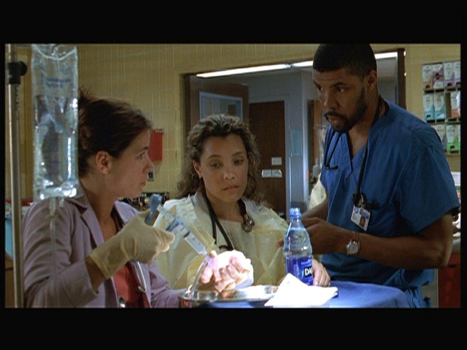 Benton (Eriq La Salle, r.), Cleo (Michael Michele, M.) und Abby (Maura Tierney, l.) kümmern sich um ein schwer verletztes Kind. - Bildquelle: TM+  2000 WARNER BROS.