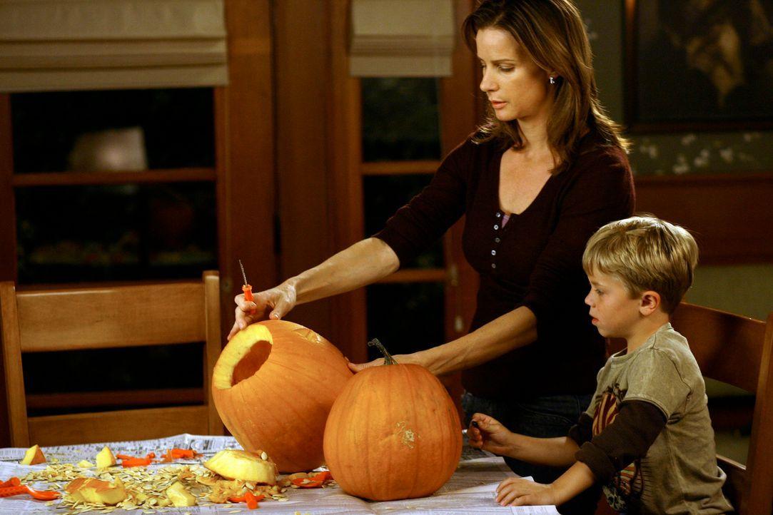 Halloweenvorbereitungen: Sarah (Rachel Griffiths, l.) schnitzt gemeinsam mit ihrem Sohn Cooper (Maxwell Perry Cotton, r.) Kürbisse ... - Bildquelle: Disney - ABC International Television