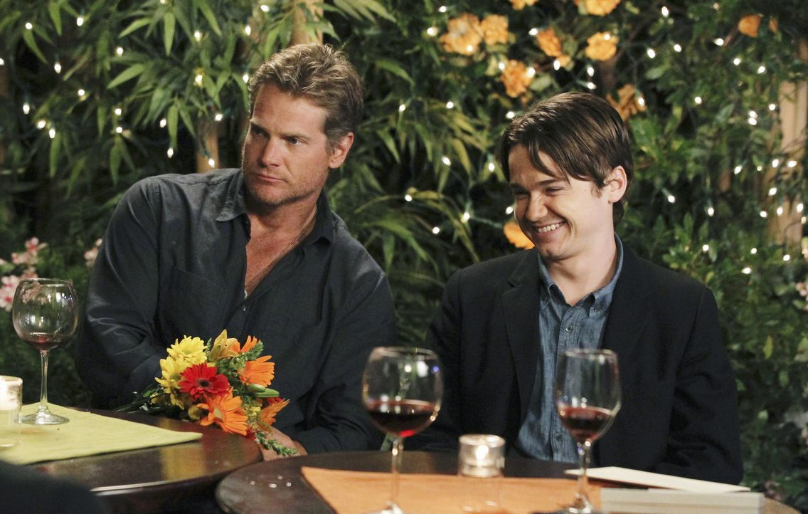 Gemeinsam mit Travis (Dan Byrd, r.), Bobby (Brian Van Holt, l.) und ihren Freunden - verbringt Jules ihren 42. Geburtstag ... - Bildquelle: 2010 ABC INC.