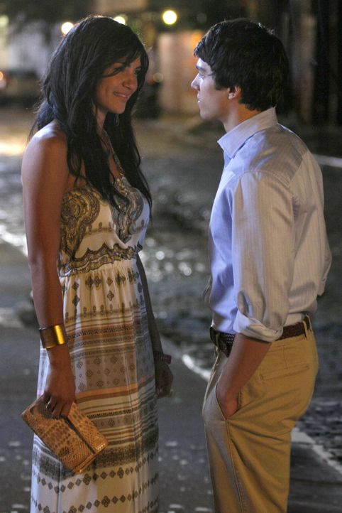 Vanessa (Jessica Szohr, l.) scheint sich zu verlieben. Doch wer ist dieser Scott (Chris Riggi, r.) wirklich? - Bildquelle: Warner Brothers