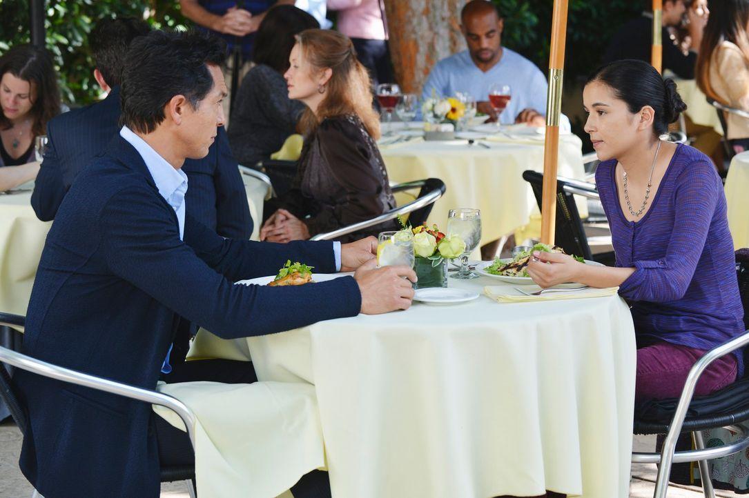 Jake (Benjamin Bratt, l.) ist vom neuen Freund seiner Tochter Angela (Emily Rios, r.) nicht begeistert ... - Bildquelle: ABC Studios
