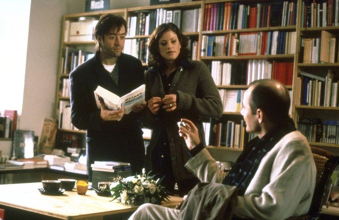 In der Buchhandlung arrangiert Alexandra (Marie Bäumer, M.) ein Treffen zwischen dem Schriftsteller Thomas (Jan Josef Liefers, l.) und dem Lektor E... - Bildquelle: Andreas La Rosé ProSieben