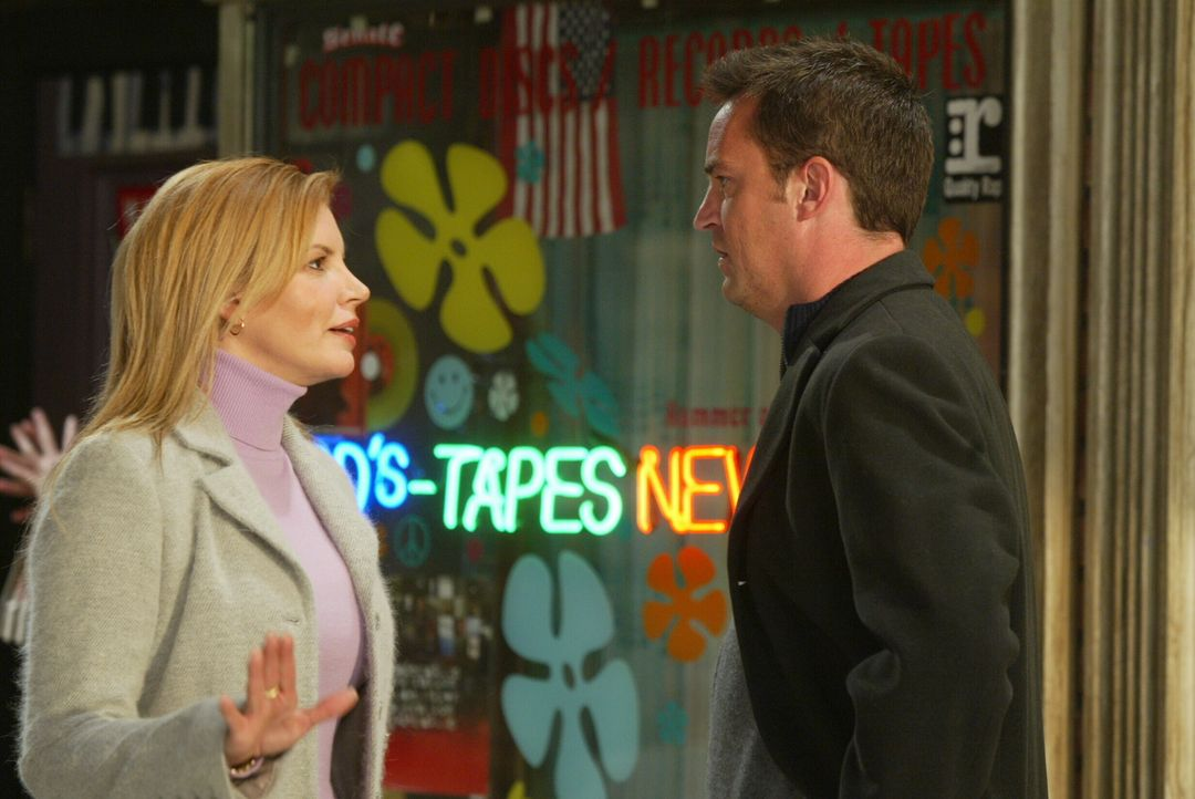 Als Rachel und Phobe Chandler (Matthew Perry, r.) dabei beobachten, wie er zu einer Blondine (Darstellerin unbekannt, l.) ins Auto steigt, ist für d... - Bildquelle: 2003 Warner Brothers International Television