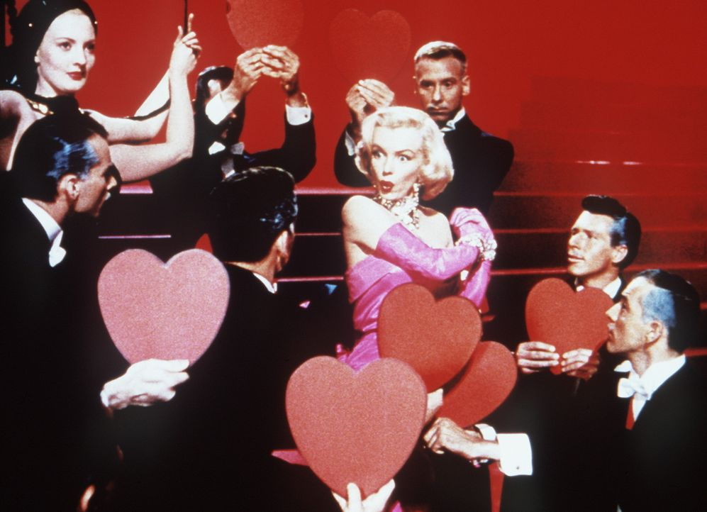 """Mit dem Schlager """"Diamonds are a Girl's Best Friend"""" landet die blonde Lorelei (Marilyn Monroe) am Broadway einen sensationellen Erfolg, und die Mä... - Bildquelle: 20th Century Fox Film Corporation"""