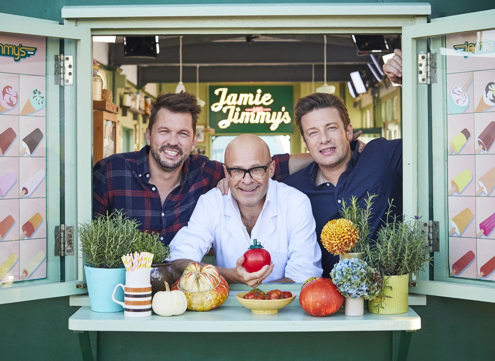 (v.l.n.r.) Jimmy Doherty; Harry Hill; Jamie Oliver - Bildquelle: Steve Ryan Jamie Oliver Productions, 2018 / Steve Ryan