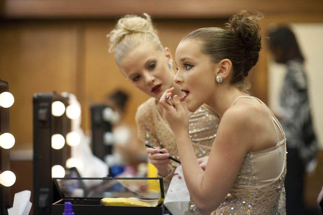 Als bekannt wird, dass ein Scout aus New York beim nächsten Wettbewerb anwesend sein wird, steigt auch bei Paige (l.) und Brooke (r.) die Nervosität... - Bildquelle: Scott Gries 2011 A+E Networks