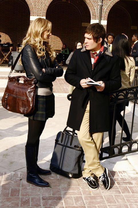Als Serena (Blake Lively, l.) Chuck (Ed Westwick, r.) direkt auf die Geschenke anspricht, behauptet dieser, nichts damit zu tun zu haben. Doch wer s... - Bildquelle: Warner Bros. Television