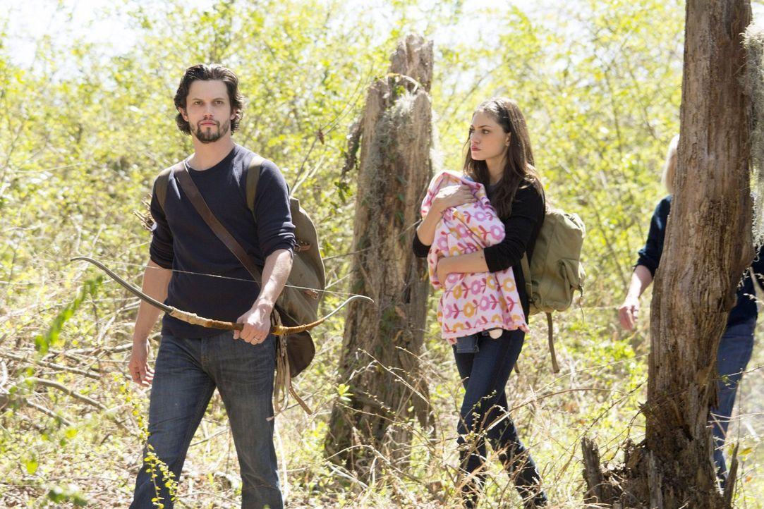 Jackson (Nathan Parsons, l.) und Hayley (Phoebe Tonkin, r.) versuchen verzweifelt vor Dahlia zu fliehen, ohne zu ahnen, dass sich eine neue Allianz... - Bildquelle: Warner Bros. Entertainment, Inc