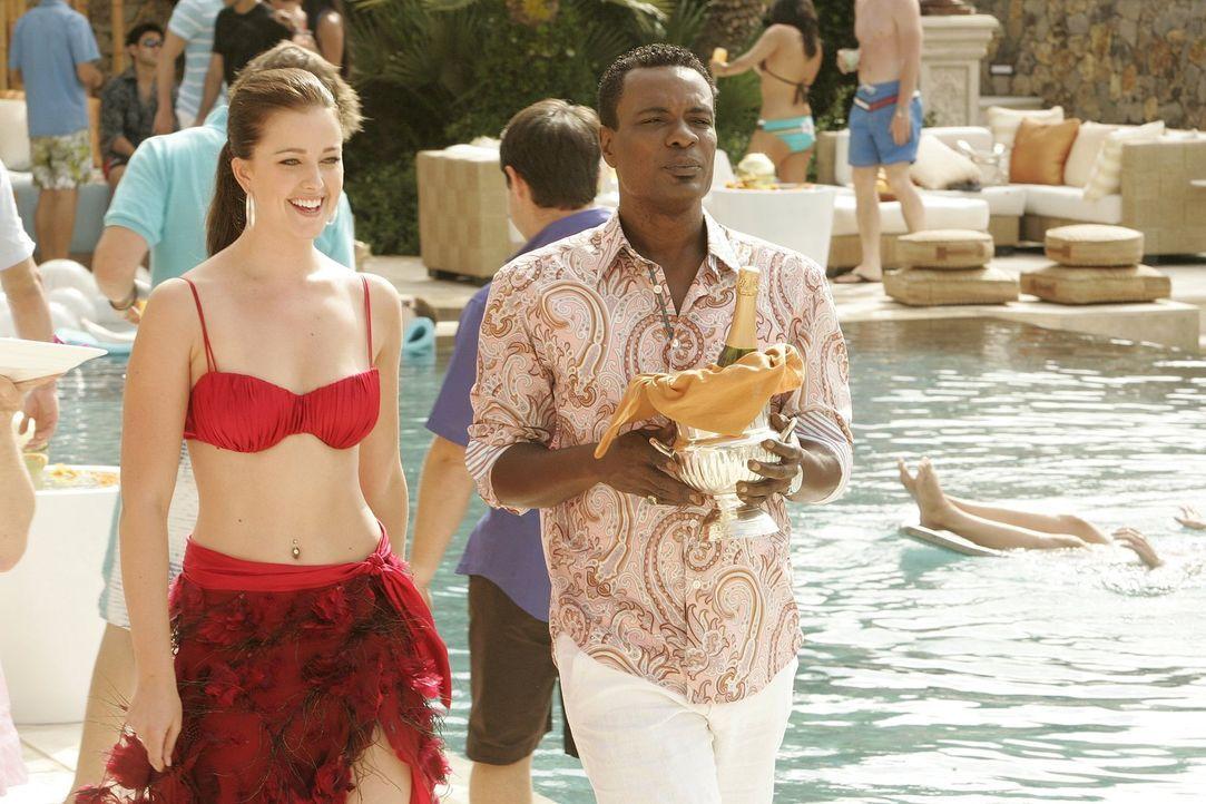 Als Charlie dem Koch Marco (Allan Louis. r.) seine Liebe zu Megan (Joanna Garcia, l.) gesteht, nimmt das Chaos endgültig seinen Lauf ... - Bildquelle: Warner Bros. Television