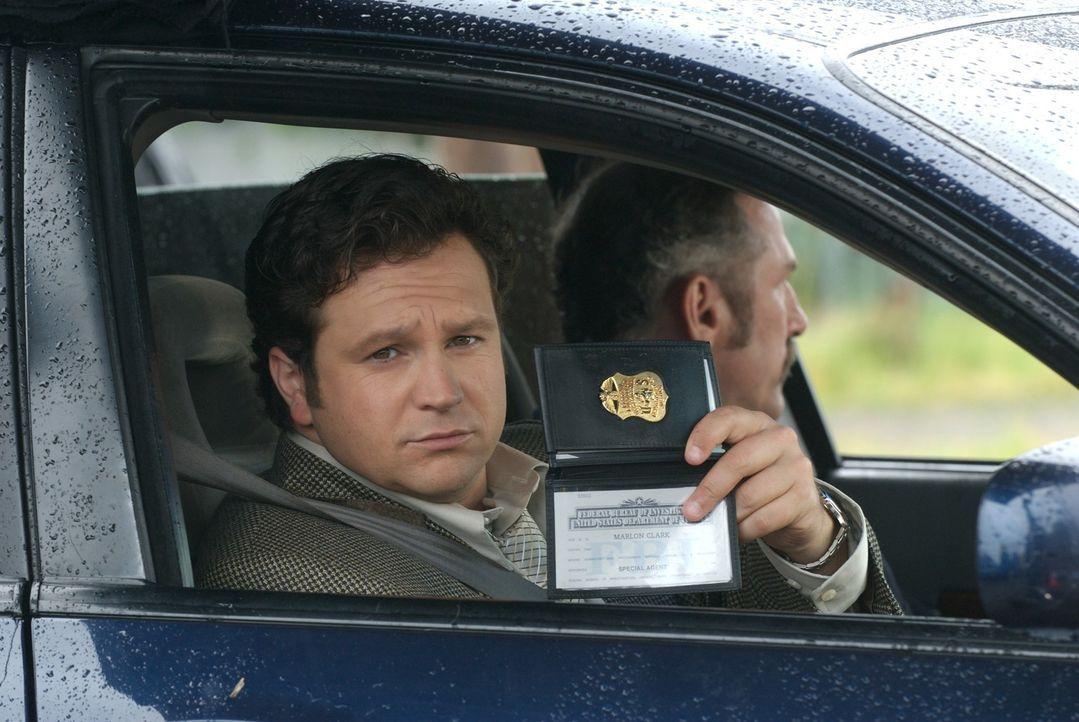 Die FBI-Agenten Clark (Louis-Philippe Dandenault, l.) und Brisick (John Robinson, r.) sind auf dem Weg zu dem Wissenschaftler John McAdams, um ihn z... - Bildquelle: 2006 RHI Entertainment Distribution, LLC