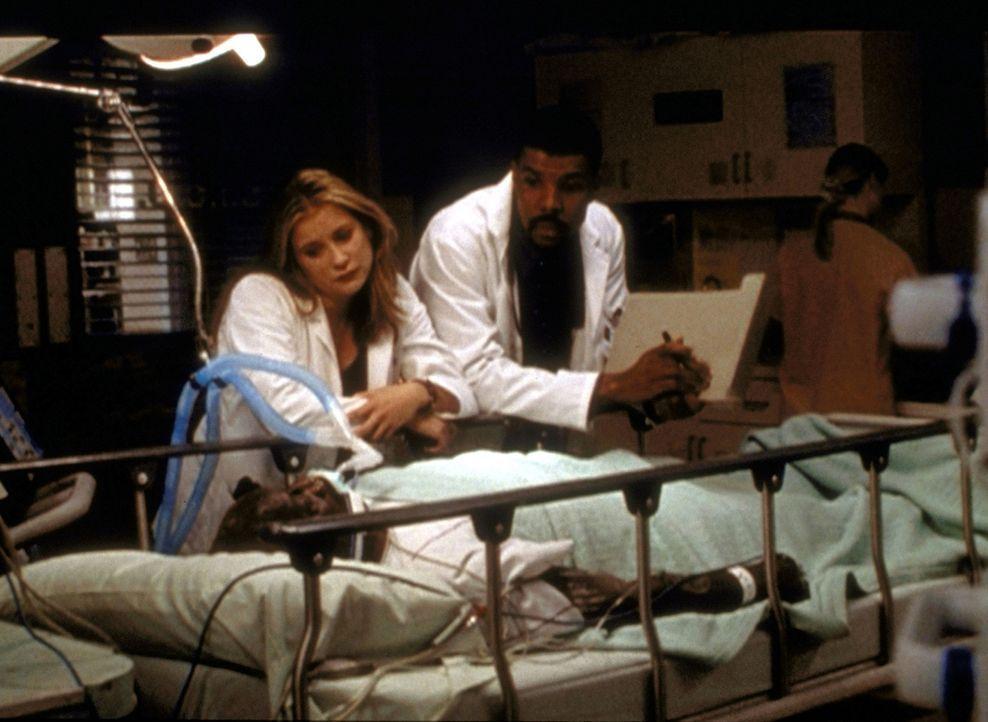 Lucy (Kellie Martin, l.) und Dr. Benton (Eric LaSalle, r.) beim alten Charley (Bill Henderson), den sie besonders ins Herz geschlossen haben. - Bildquelle: TM+  2000 WARNER BROS.