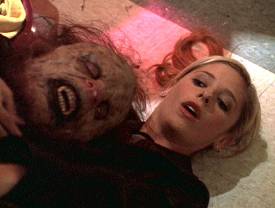 Buffy (Sarah Michelle Gellar) hat den Abschlussball ihrer Schule gerettet. Im letzten Moment hat sie den Höllenhund besiegen und töten können. - Bildquelle: TM +   2000 Twentieth Century Fox Film Corporation. All Rights Reserved.