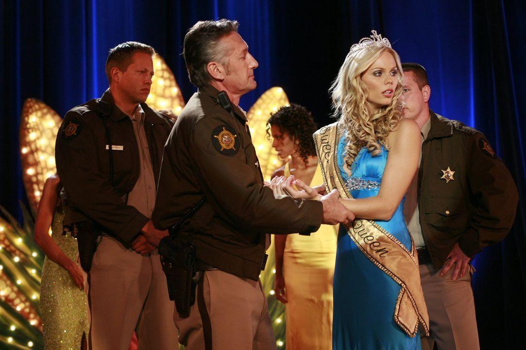 Kurz bevor Kara (Laura Vandervoort, r.) den Schönheitswettbewerb gewinnen kann, passiert etwas Unerwartetes ... - Bildquelle: Warner Bros.