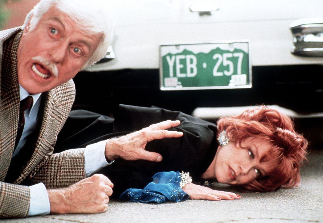 Dr. Mark Sloan (Dick Van Dyke, l.) konnte sich gerade mit Shanda (Haviland Morris, r.) davor retten, überfahren zu werden. - Bildquelle: Viacom