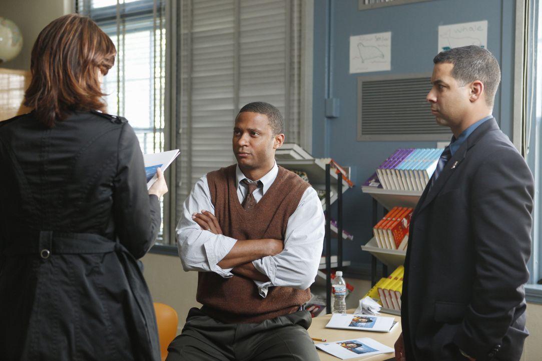 David Ramsey (Jim Wheeler, M.) zeigt Kate Beckett (Stana Katic, l.) und Javier Esposito (Jon Huertas, r.) die Unterlagen die er vorab von dem vermei... - Bildquelle: ABC Studios