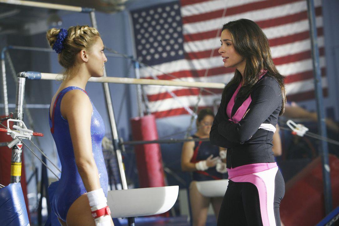 Was ist aus ihrer einstigen Freundschaft geworden? Lauren (Cassie Scerbo, l.) und Kylie (Josie Loren, r.) - Bildquelle: 2009 DISNEY ENTERPRISES, INC. All rights reserved. NO ARCHIVING. NO RESALE.