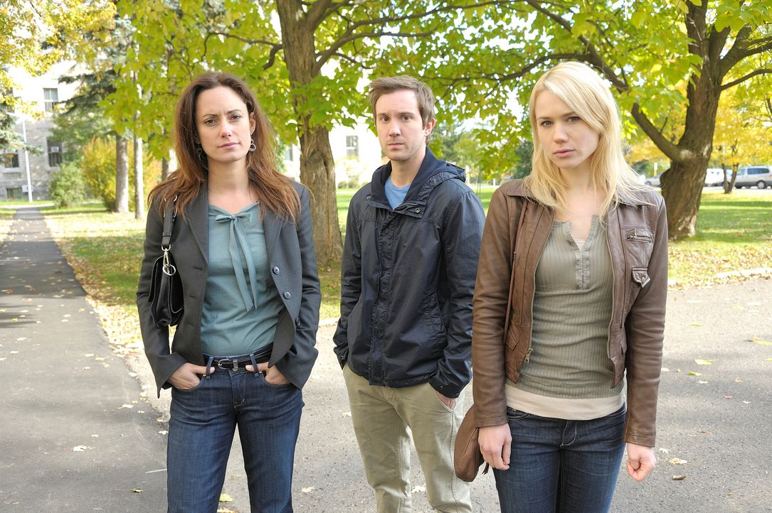Muss sich Josh (Sam Huntington, M.) zwischen Julia (Natalie Brown, l.) und Nora (Kristen Hager, r.) entscheiden? - Bildquelle: Phillipe Bosse 2012 B.H. 2 Productions (Muse) Inc. ALL RIGHTS RESERVED.