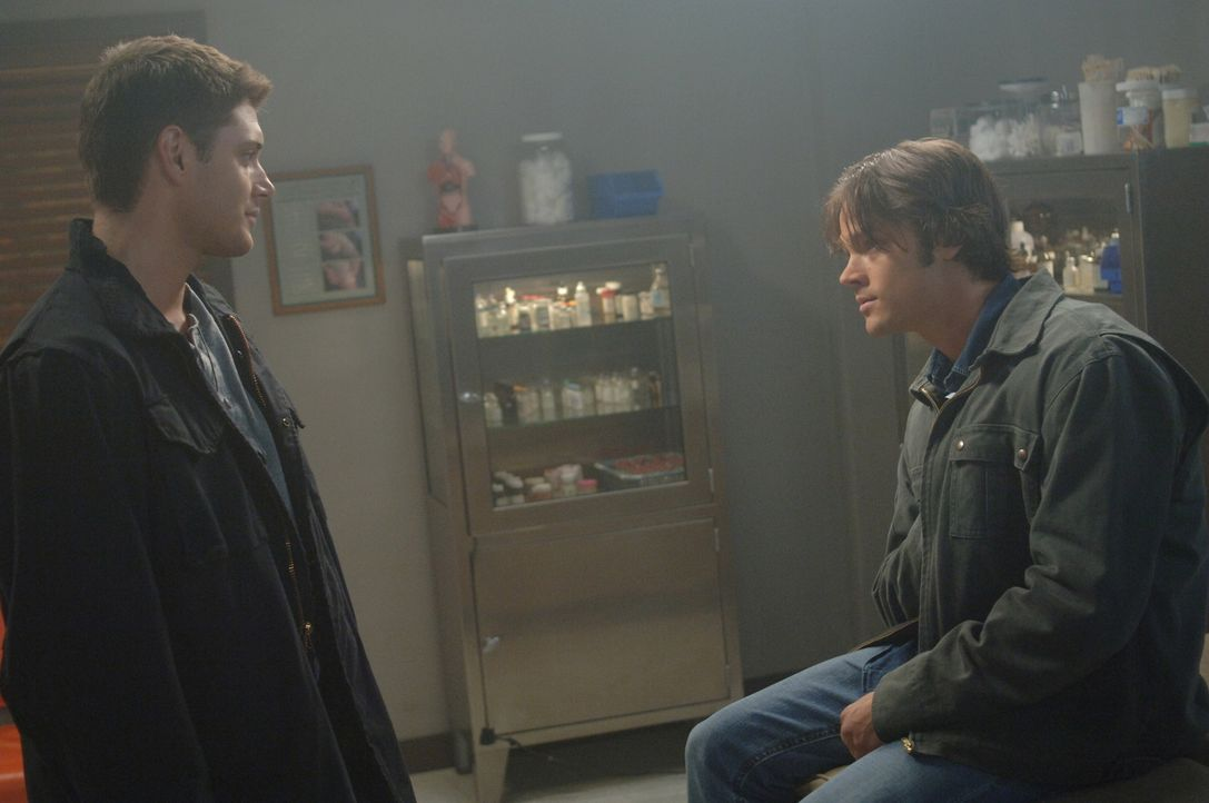 Sam (Jared Padalecki, r.) hat eine unheimliche Vision, in der Dean (Jensen Ackles, l.) jemanden erschießt ... - Bildquelle: Warner Bros. Television