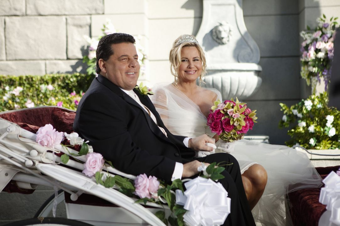 Betty (Jennifer Coolidge, r.) und Leo (Steve Schirripa, l.) sind überglücklich ... - Bildquelle: Randy Holmes 2010 DISNEY ENTERPRISES, INC. All rights reserved.